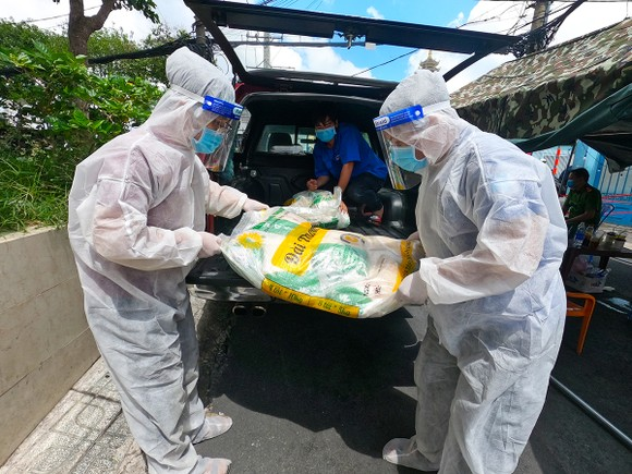 Chuyến xe gạo nghĩa tình của Báo SGGP tặng 4 tấn gạo đến người dân Thủ Đức, Bình Thạnh ảnh 4