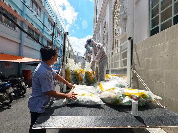 Chuyến xe gạo nghĩa tình của Báo SGGP tặng 4 tấn gạo đến người dân Thủ Đức, Bình Thạnh ảnh 5