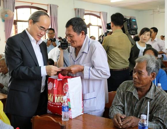 Bí thư Thành ủy TPHCM Nguyễn Thiện Nhân thăm, tặng quà tết ở Trà Vinh  ảnh 1