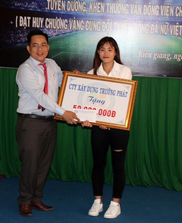 Kiên Giang khen thưởng nữ cầu thủ Chương Thị Kiều ảnh 1