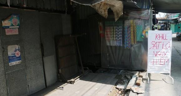 Khẩn cấp di dời 14 hộ dân khỏi khu vực nguy cơ sạt lở ở An Giang ảnh 1