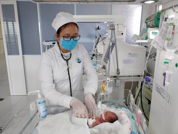 Phẫu thuật cứu sống bé gái sinh cực non bị thủng tạng rỗng ảnh 1