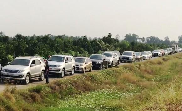 Nhiều xe đi vào đường nhánh dọc cao tốc Trung Lương – Mỹ Thuận nhằm tránh kẹt xe ảnh 2
