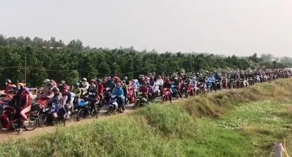 Nhiều xe đi vào đường nhánh dọc cao tốc Trung Lương – Mỹ Thuận nhằm tránh kẹt xe ảnh 1
