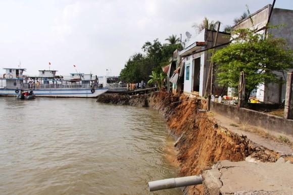 6 căn nhà ở Vĩnh Long bị sạt lở xuống sông Hậu vào mùng 3 Tết ảnh 1