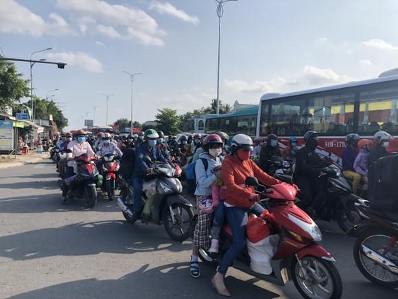 ĐBSCL: Ùn ứ giao thông ở một số nơi trong ngày mùng 5 Tết  ảnh 3