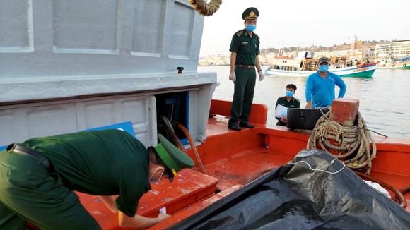 Bắt 2 tàu chở số lượng lớn dầu không rõ nguồn gốc trên vùng biển Kiên Giang ảnh 1