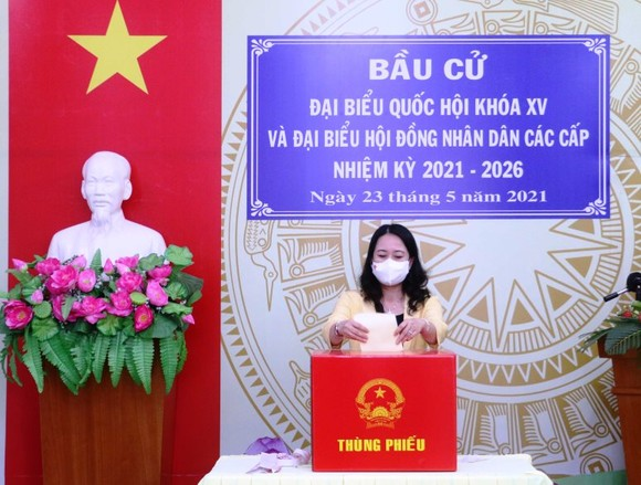 Phó Chủ tịch nước Võ Thị Ánh Xuân bỏ phiếu bầu cử ở An Giang ảnh 1