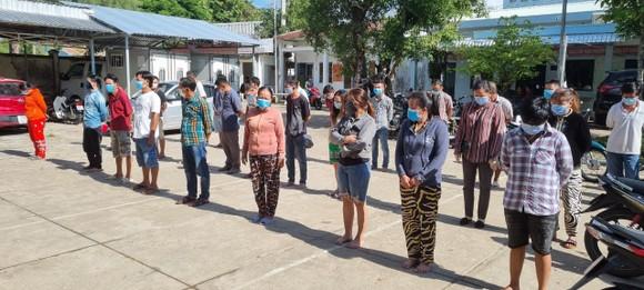 Bất chấp dịch bệnh, hơn 30 người tụ tập đá gà ăn tiền ở Kiên Giang ảnh 1