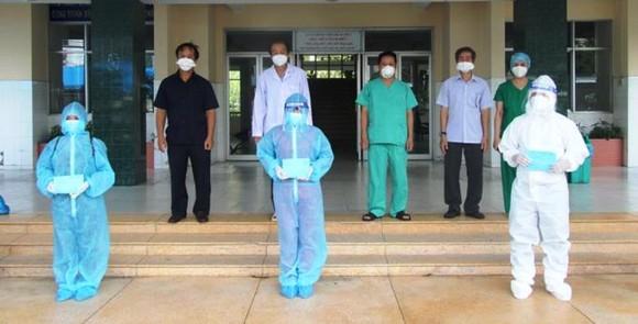 Sở  Y tế tỉnh Đồng Tháp trao giấy xuất viện cho các BN hoàn thành thời gian cách ly và khỏi bệnh