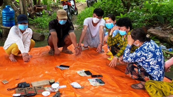 Các đối tượng kéo nhau lên đồi núi cao ở huyện biên giới Tri Tôn đánh bạc