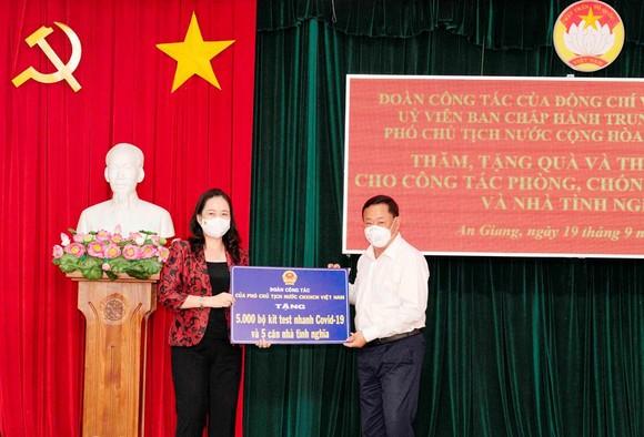 Phó Chủ tịch nước Võ Thị Ánh Xuân trao quà hỗ trợ phòng chống dịch Covid-19 ở An Giang ảnh 2