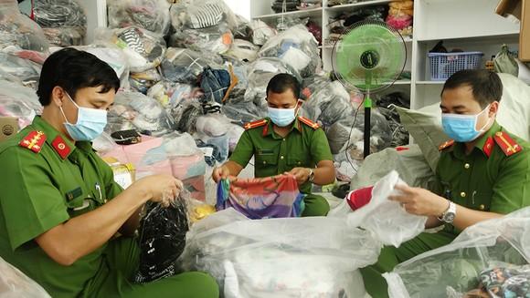 An Giang: Tạm giữ trên 14.400 sản phẩm không rõ nguồn gốc ảnh 1