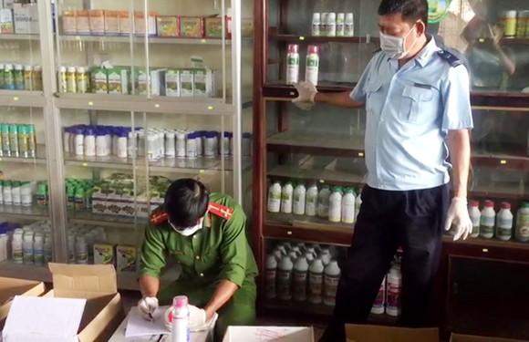 Tạm giữ hàng ngàn sản phẩm thuốc BVTV không rõ nguồn gốc ở An Giang ảnh 2