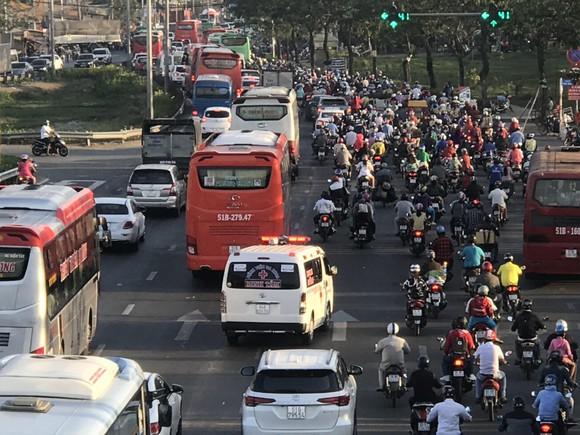 Người dân tấp nập về lại thành phố sau kỳ nghỉ lễ ảnh 2