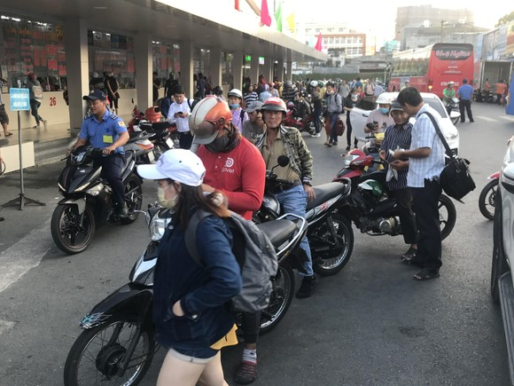 Người dân tấp nập về lại thành phố sau kỳ nghỉ lễ ảnh 1