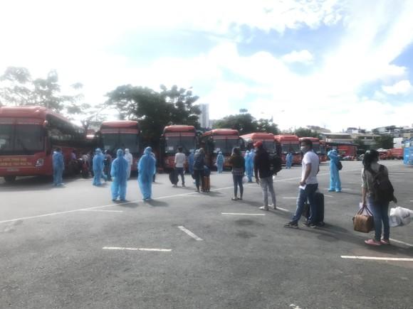 Hơn 300 người dân Bến Tre ở TPHCM được Công ty Phương Trang đưa về quê ảnh 2