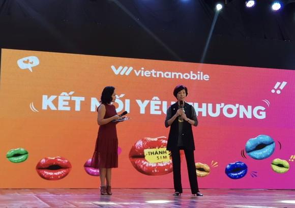 """Bà Elizabete Fong, Tổng Giám Đốc Vietnamobile trong chương trình """"Kết nối yêu thương"""""""