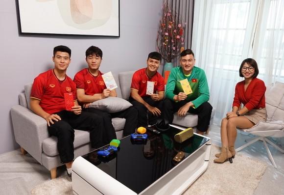 Sony Việt Nam tặng Sound Bar HT-S700RF và Bravia OLED TV 55A8F cho gia đình các cầu thủ ảnh 1
