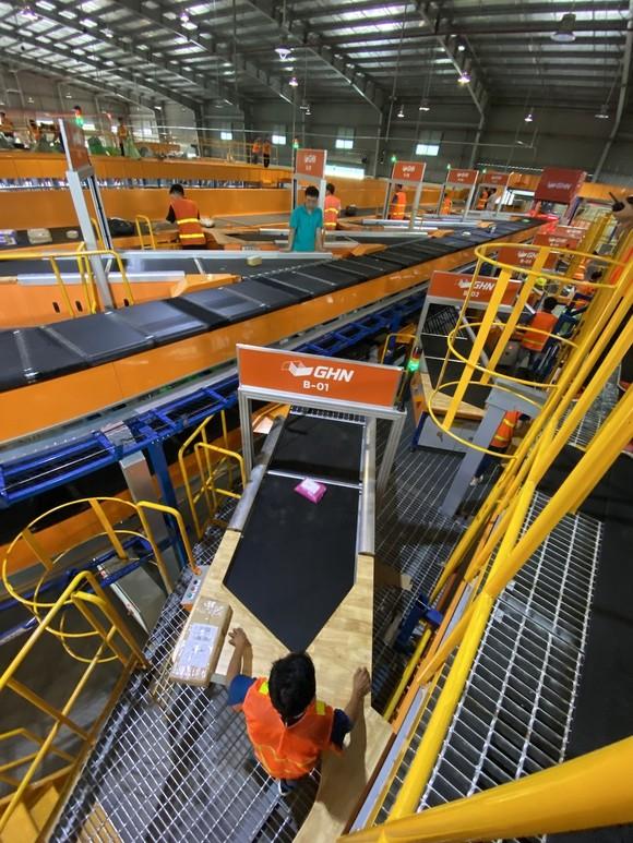 Giao hàng nhanh vận hành giây chuyền phân loại hàng tự động trị giá 2 triệu USD ảnh 1