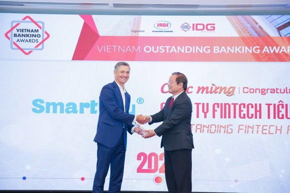 """Ông Marek Eugene Forysiak (Nhà sáng lập, Chủ tịch SmartNet, đơn vị sở hữu Ví SmartPay) đón nhận  Giải thưởng """"Công ty Fintech tiêu biểu"""" năm 2020 từ Ban Tổ chức"""