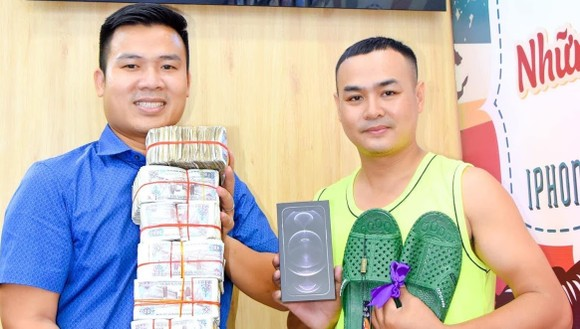 Anh Lê Văn Hiếu (phải) mua iPhone tặng vợ