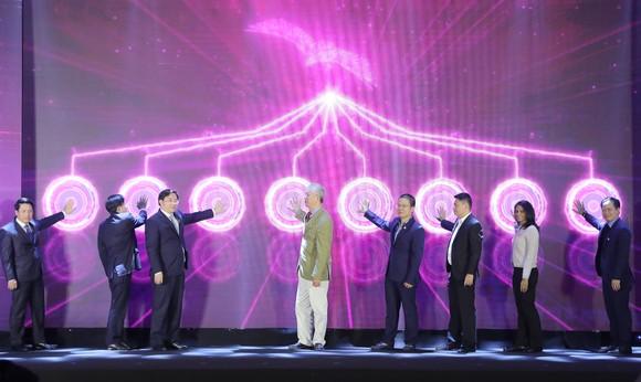 Đại diện các bộ, cơ quan quản lý nhà nước và lãnh đạo MoMo cùng thực hiện khoảnh khắc đặc biệt của lễ công bố