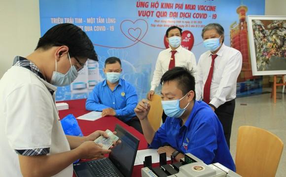 Đại diện Vinasun Taxi trao tiển mua vaccine Covid-19