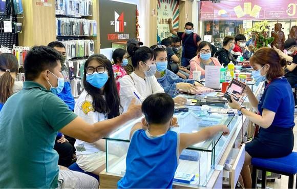 Khách hàng trẻ luôn tìm đến Minh Tuấn Mobile (Hình tư liệu chụp trước đợt dịch thứ tư)