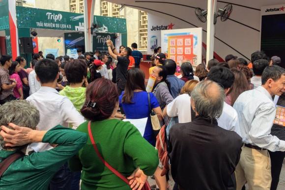 Nhiều người đến hội chợ  du lịch từ lúc chưa khai mạc để xếp hàng săn vé máy bay giá rẻ