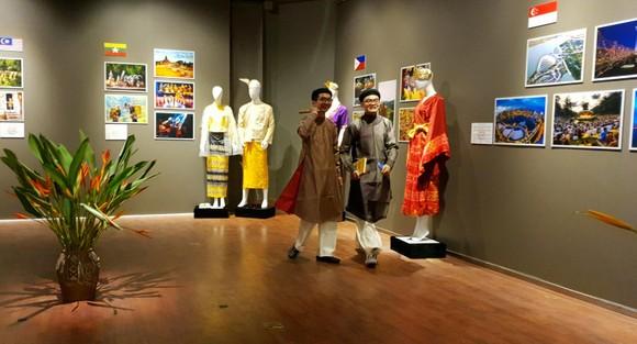 Khám phá sắc màu trang phục truyền thống ASEAN ảnh 2