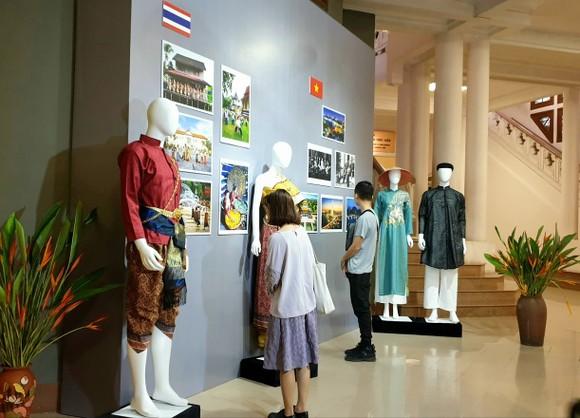 Khám phá sắc màu trang phục truyền thống ASEAN ảnh 1
