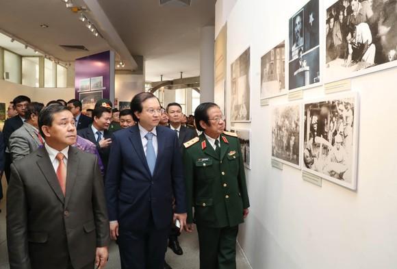 Trưng bày hơn 100 tư liệu hình ảnh quý về tình hữu nghị Việt Nam - Lào ảnh 1