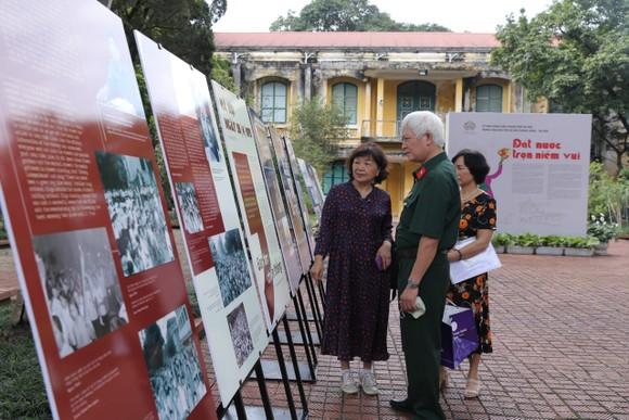 Khách tham quan xem triển lãm