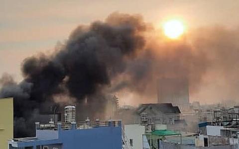 濃煙從失火住房冒出。