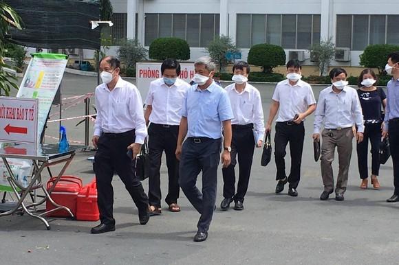 衛生部副部長阮長山前往市熱帶病醫院指導防疫工作。