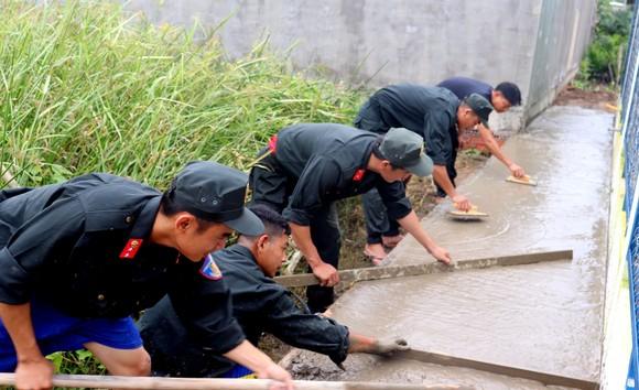 Cảnh sát cơ động giúp người dân ngoại thành TPHCM bê tông hóa hẻm ảnh 2