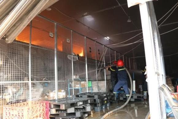 Cháy công ty kho vận, hàng chục tấn hàng hóa bị thiêu rụi ảnh 1