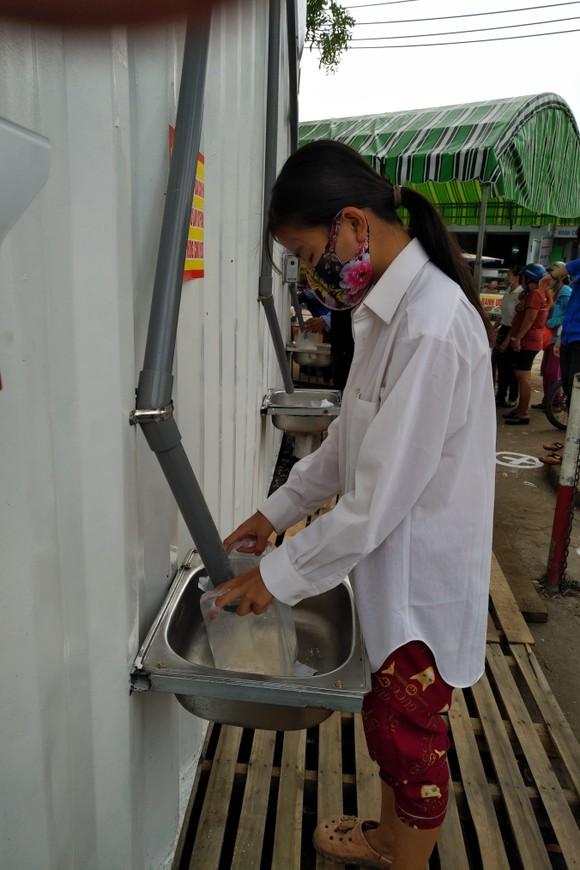 """Ngày đầu tiên """"ATM gạo"""" ở Bình Chánh hoạt động: Hơn 1.500 người khó khăn được nhận gạo  ảnh 1"""