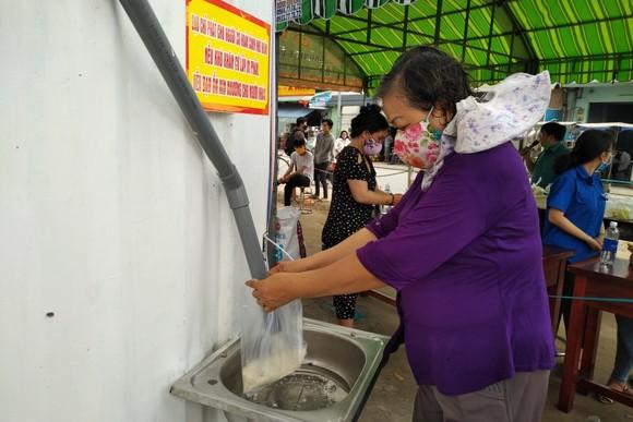 """Người dân khó khăn nhận gạo miễn phí tại """"ATM gạo"""" trước trụ sở UBND xã Vĩnh Lộc B"""