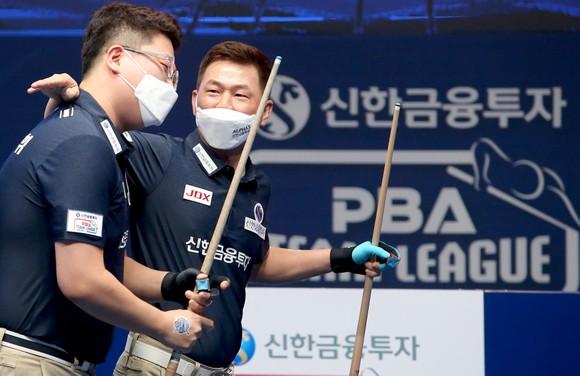 Cơ thủ Mã MinH Cẩm (phải) góp công cho đội Alphas giành chức vô địch. Ảnh: PBA