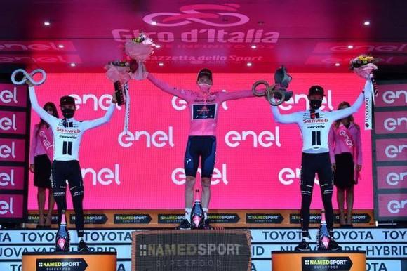 Lật đổ Hindley vào giờ chót, Geoghegan Hart mặc Áo hồng chung cuộc giải xe đạp Giro d'Italia ảnh 3