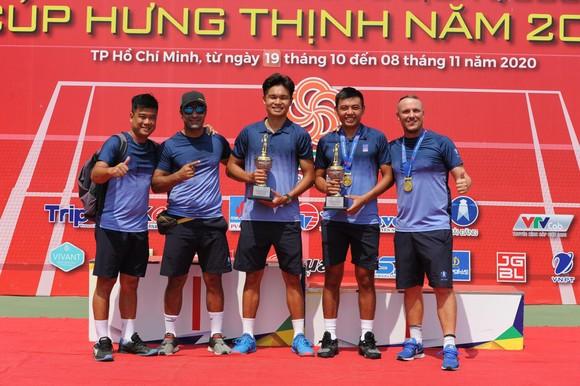 Lý Hoàng Nam/Trịnh Linh Giang và BHL bên cúp vô địch.