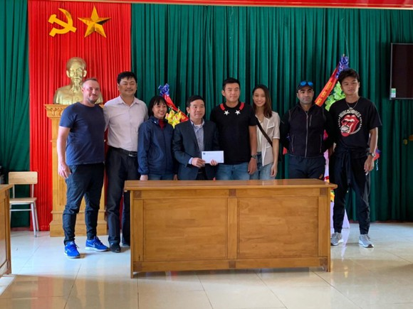 Tay vợt Lý Hoàng Nam tận tay đem quà ủng hộ đồng bào lũ lụt ở miền Trung ảnh 1