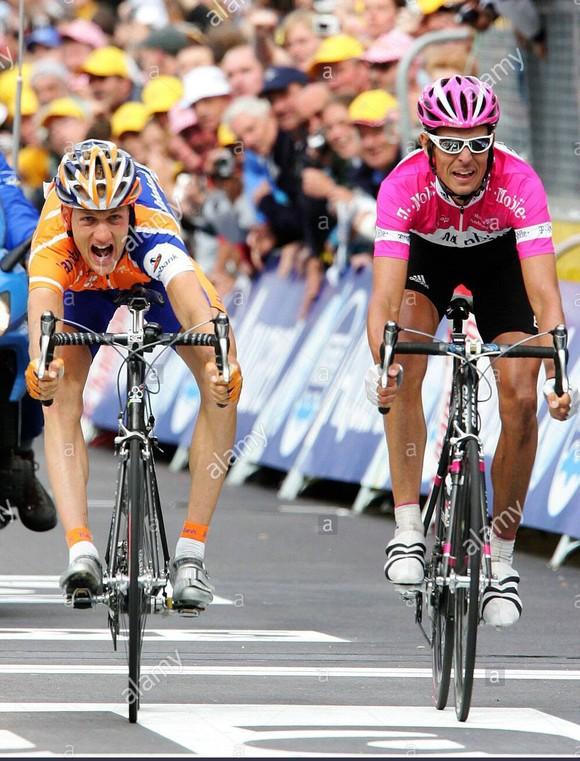 Tay đua Pieter Weening 17 năm chơi chuyên nghiệp khép lại sau khi… cán chai nước  ảnh 1