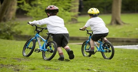 Cậu bé 4 tuổi đạp xe 1,5km trong 10 phút 25 giây ảnh 1