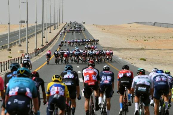 Cung đường qua sa mạc đầy nắng gió.