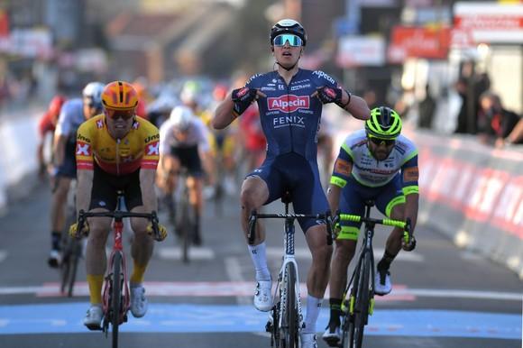 Tay đua Tim Merlier mừng chiến thắng.