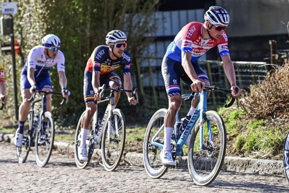 Hi hữu! Tay đua Mathieu van der Poel vuột chiến thắng vì gãy ghi đông ảnh 2