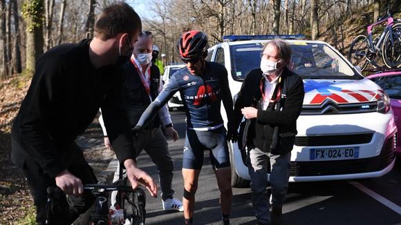 Richie Porte được nhân viên y tế chăm sóc